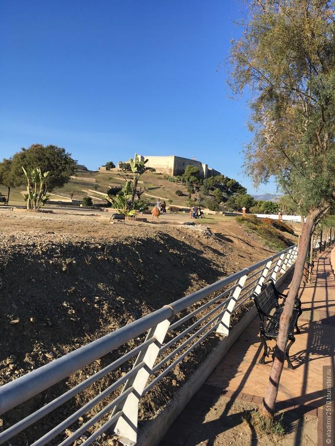 Подход к крепости Sohail с южной стороны.
