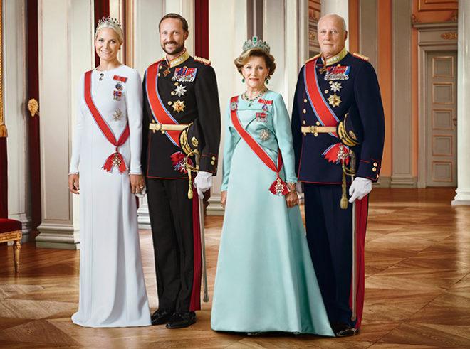 Королевская семья: принцесса Метте-Марит, принц Хокон, королева Соня и король Харальд V